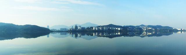 水墨磁湖,对岸远处可见黄石政府大楼.右侧临湖是黄石理工学院