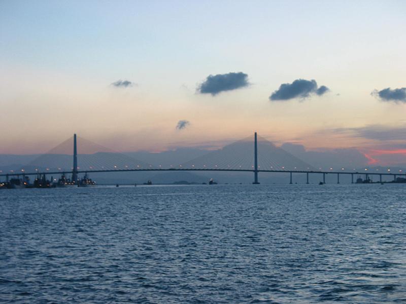 礐石大桥南接广汕公路达濠区路段,北跨汕头港至老城区西堤路,与海湾
