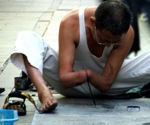 [商振看世界]肃然起敬,街头虎虎生威的乞者人生 - 商振 - .