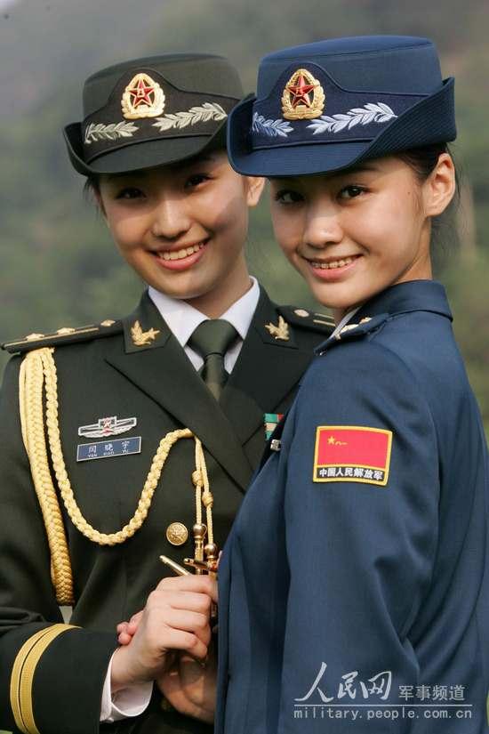 着夏常服的海军女军官   着礼服的 陆军男士兵春秋常服图片