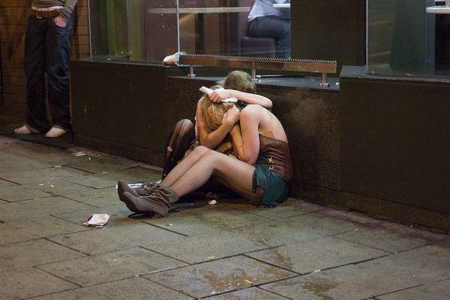 午夜醉酒街头的英国男男女女,丑态百出(组图) - 刻薄嘴 - 刻薄嘴的网易博客:看世界