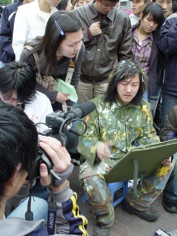 王军昆明街头行为艺术全程记录(图) - 安静的电吉他 - 王军 行为艺术