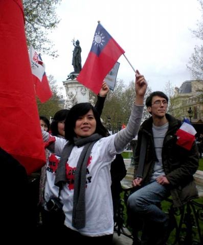 海外台湾人高举五星红旗挺奥运反藏独 - 军中一卒 - 在军旗下成长