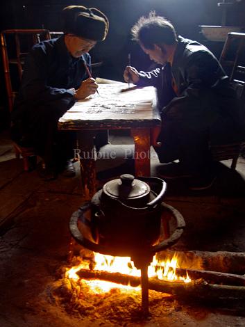 """画在布上的""""青花瓷"""":惠水布依枫香染 - 布依崽儿 - 布依崽儿的博客"""