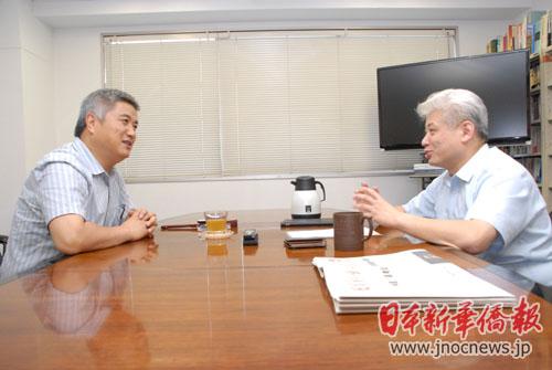 中国青少年研究中心副主任孙云晓(左)接受《日本新华侨报》记者专访