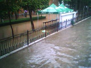 快拍:相思河闹泛滥 河水狂淹校园! - don - 休息萬歲~