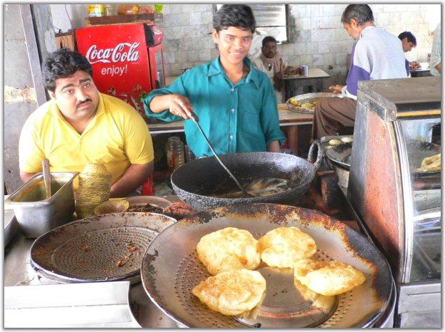 ...的街头印度小朋友非常活泼尤其看到镜头就跟打了鸡血一样最...