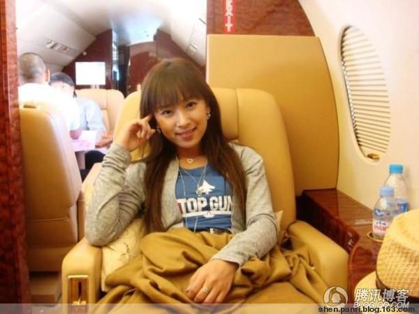 成龙私人飞机上的美女