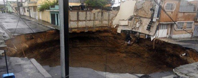 [转载]怪异:热带风暴肆虐,危地马拉城出现骇人地洞。