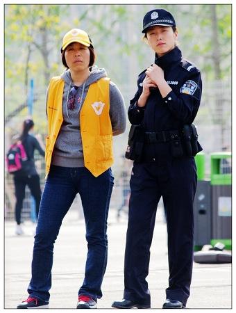"""论坛上公布的刘娟(右)照片。网友""""摄影风蓝"""""""