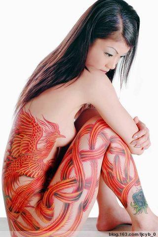 纹上一整串的红色樱花