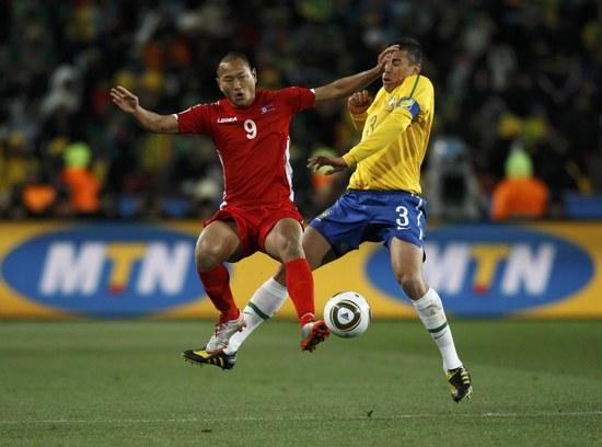 图文-[小组赛]巴西VS朝鲜郑大世交手卢西奥