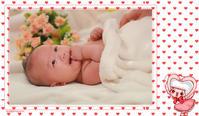 宝宝一下都快四个月了哈,昨天带她去补拍了百日照,呵呵   先上几张吧   ,动补动就吃自己的手,左手换右手,吃的啧啧有声,头上的毛也没见浓密,真叫人纳闷