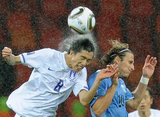 图文-[1/8决赛]乌拉圭2-1韩国逼真展现雨中拼搏瞬间