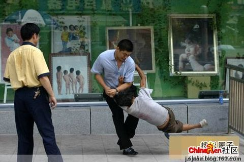 (原创)重庆街头令人发指的禽兽一幕何时才休(引图) - 为尊严活着 - 网络反腐联盟圈主反腐工作室