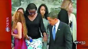 1、在那一瞬间,奥巴马其实在低头看路