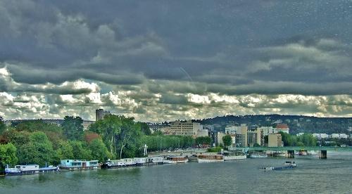 塞纳河上游览.塞纳河由东向西呈弧形穿过巴黎市区,全长十三高清图片