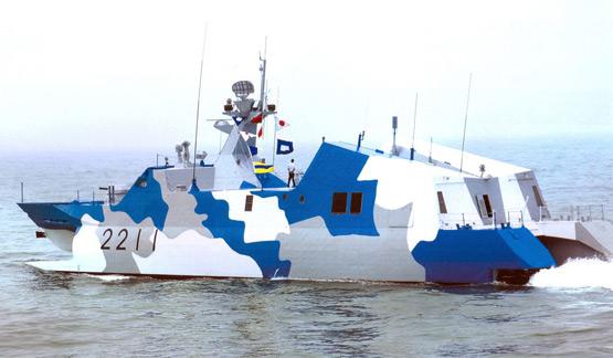 图文:漆有海洋迷彩涂装的022艇进行海试