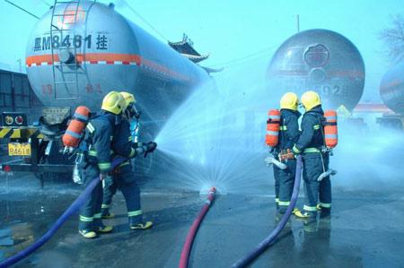 兰州20吨液氨槽车发生泄漏(组图)
