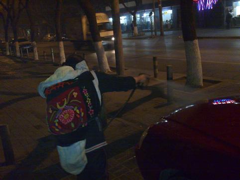 背着婴儿值夜班的母亲(图) - 徐铁人 - 徐铁人的博客