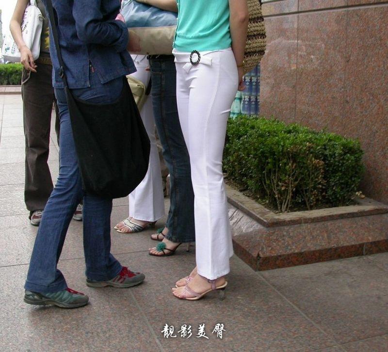街拍白裤紧臀美女_罗马假日酒店门口街拍白裤美女中国娱乐资讯