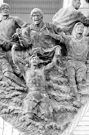 网上签名抵制《黄金甲》与中国足球出线雕塑没地搁 - 老何东 - 何东老邪