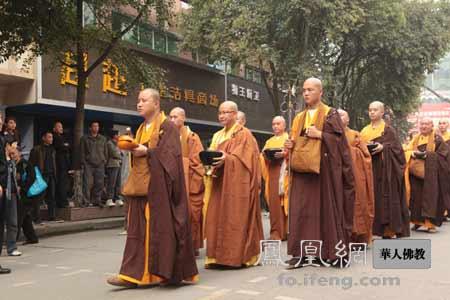 罗汉寺700僧人托钵,四川什邡万人空巷!