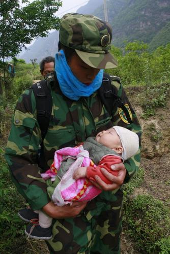 2008年5月15日凌晨,四川预备役高射炮兵师第二团派遣的10名精干官兵于江油出发,摩化挺进北川震区腹地紧急救援。作者:钟敏