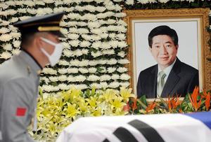 韩国前总统卢武铉跳崖自杀