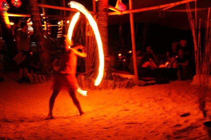 实拍:长滩岛上玩火的女郎 - Jordy - 达人J