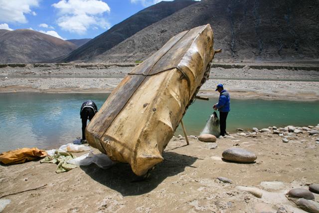 西藏唯一:雅江上划牛皮船打鱼的藏族人 - 阿文 - tibet52的博客