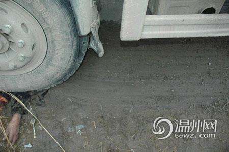 泥地上有刹车动作形成的车轮印痕