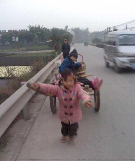 """10岁女孩拉板车送""""外婆""""看病! - 水复花明 - 水复花明"""