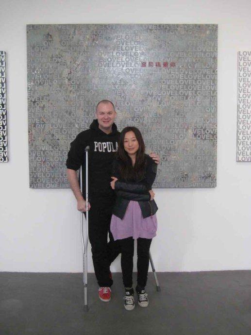 沃霍美术馆艺术总监 eric shiner 与艾敬在工作室合影