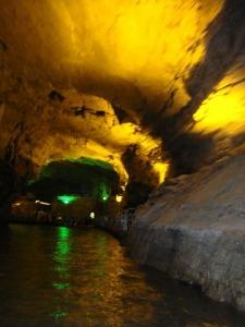 黄龙洞里的800米水路