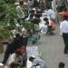 电子市场旁边的人行道上,各种回收废弃电子产品的小摊鳞次栉比。