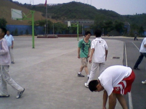 山城孩子们在操场快乐的嬉戏 - puteng - puteng的博客