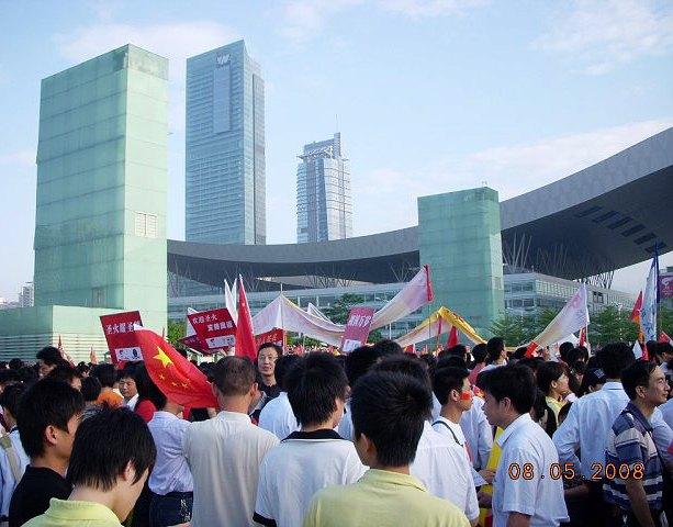 深圳市政府被观看圣火传递的人群包围 - 西樱 - 走马观景