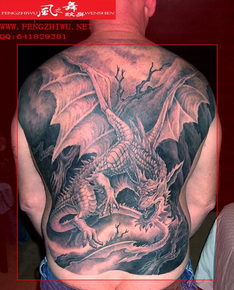 一哥们选择了纹身师这个职业;图片