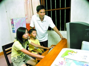 姚泳光在家里教一双儿女。