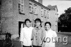 1968年家门口 母亲、二姐和古阿姨