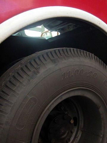 图2:38路公共汽车的车身右后双轮胎的上方象开了天窗,能看到左边的高清图片
