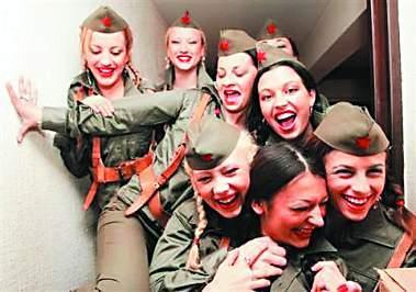 铁托领导下抗击德国纳粹军队入侵的女兵和女游击队员.11月29日是铁