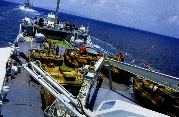 图文:072登陆舰群进行装甲部队渡海运送演练