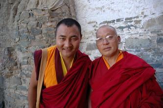 在扎什伦布寺内游览的僧侣