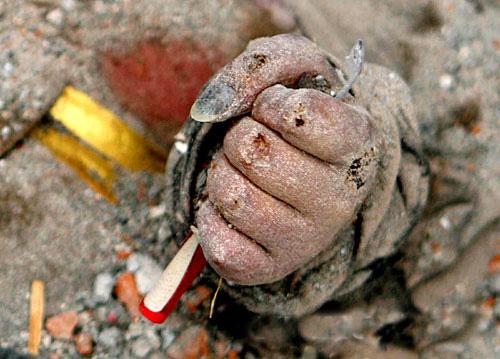 废墟中的手[组图] - 潇彧 - 潇彧咖啡-幸福咖啡