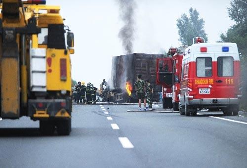 长春,2010年9月3日 吉林客货车相撞事故已造成16人死亡 9月3日,事故现场的大货车仍在起火。 当日14时50分,在吉林省境内的长平高速164公里+100米处,发生一起客货车相撞事故,目前已造成16人死亡。据介绍,事故发生时,一辆从哈尔滨方向驶来的山东籍的大型卧铺客车,突然穿越隔离带,撞上对面车道行驶的一辆轿车尾部,后与一辆辽宁籍的厢式货车正面相撞,并起火。目前,伤者已经送往医院接受救治,事故原因正在进一步调查中。 新华社记者 肖潇 摄