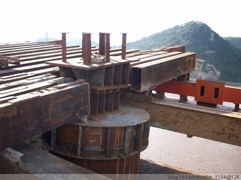 由塔吊吊装钢管就位并进行焊接