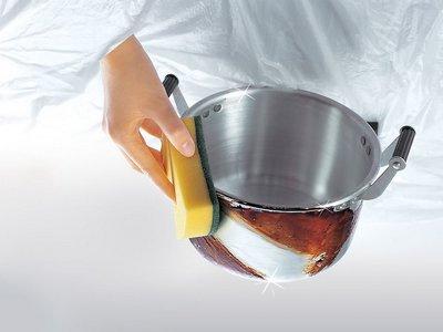 用毛巾擦干锅