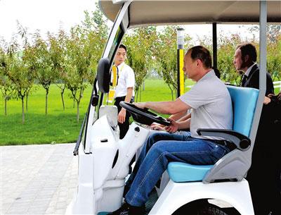 普京着装休闲自驾电瓶车参观北京奥运村 - sch - sunchanghai的博客